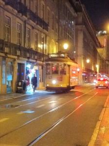 【リスボンの街をのんびり走る市電】