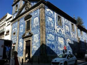 【アズレージョで飾られた街角の教会】
