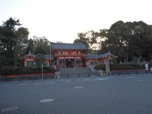 ②早朝の八坂神社