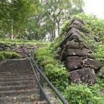 自然石を積み上げた野面積みの手法で築造されています。